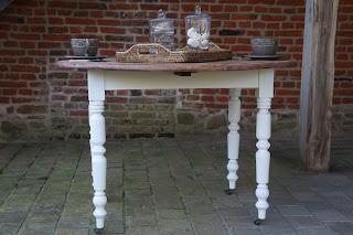 Table-de-cuisine-ronde-pliable-blanc-vieilli-dessus-décapé-nord