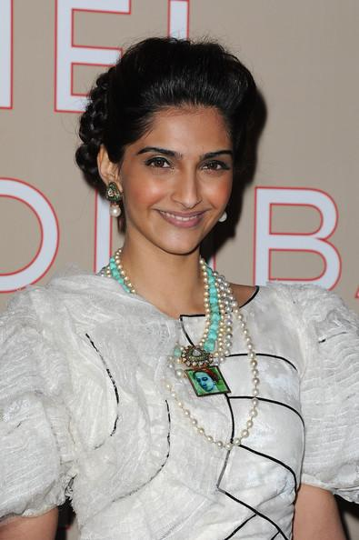 1 - Sonam KAPOOR CUTE IN WHITE DRESS PHOTOS