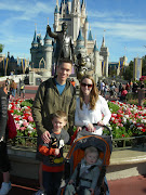 Happy family at Disney World. (disneyworld )
