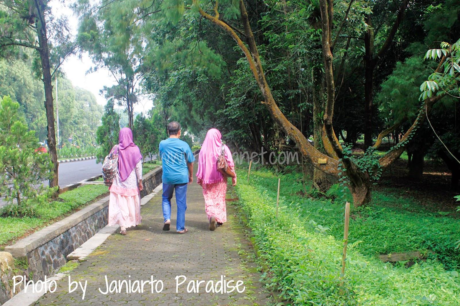 Puas Jalan Seharian Bersama Keluarga