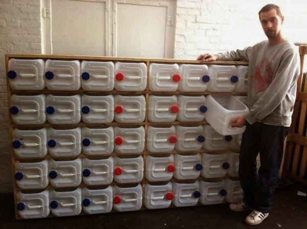 Mueble con Bidones de Plastico Reciclados