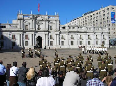 Palacio de la Moneda, cambio de guardia Palacio Moneda, Santiago de Chile, Chile, vuelta al mundo, round the world, La vuelta al mundo de Asun y Ricardo