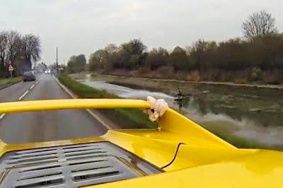"""Παρακολουθήστε έναν παλαβό που κάνει """"wakeboard"""" σε ποτάμι ενώ τον τραβάει μια Ferrari"""