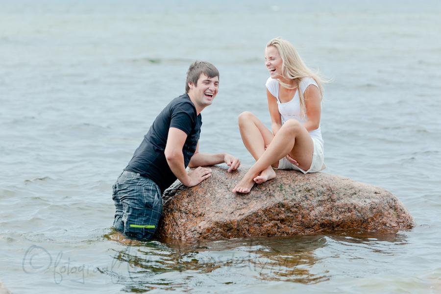 noored-naeravad-merel-kivi-peal