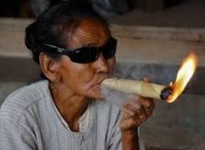 Nenek nenek sedang merokok