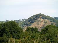 Zoom a la capella de Sant Andreu del Castell de Clarà des del Camp de Golf Montbrú-Moià