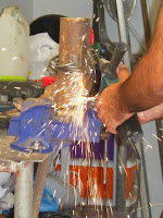 Cortar as argolas de aço com a rebarbadora