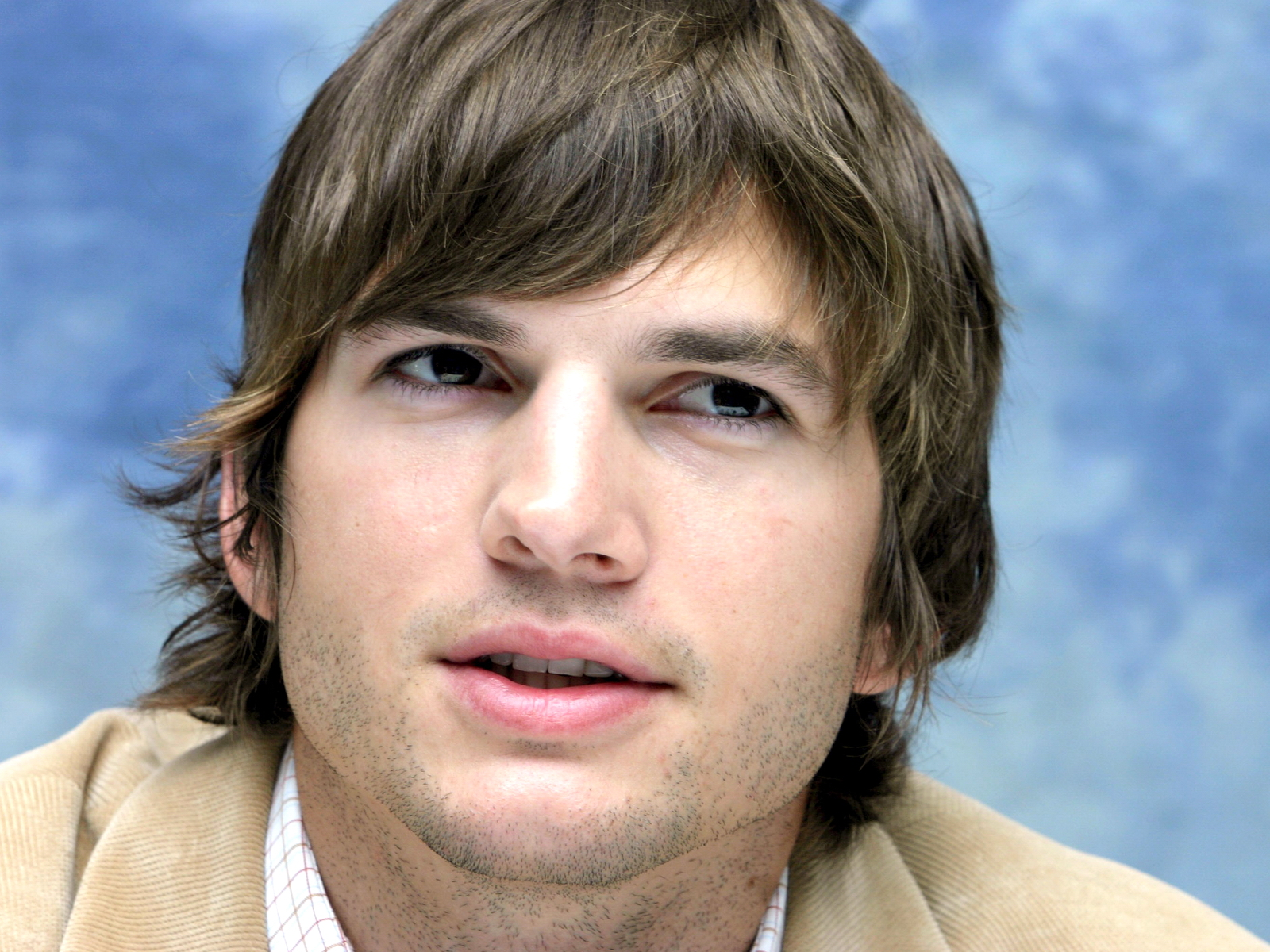 http://2.bp.blogspot.com/-l_-FZvQHK-w/T5lelw3s2gI/AAAAAAAAADE/uLM94Ns0L-w/s1600/Ashton+Kutcher+wallpapers+10.jpg