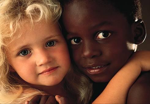 criança branca e negra