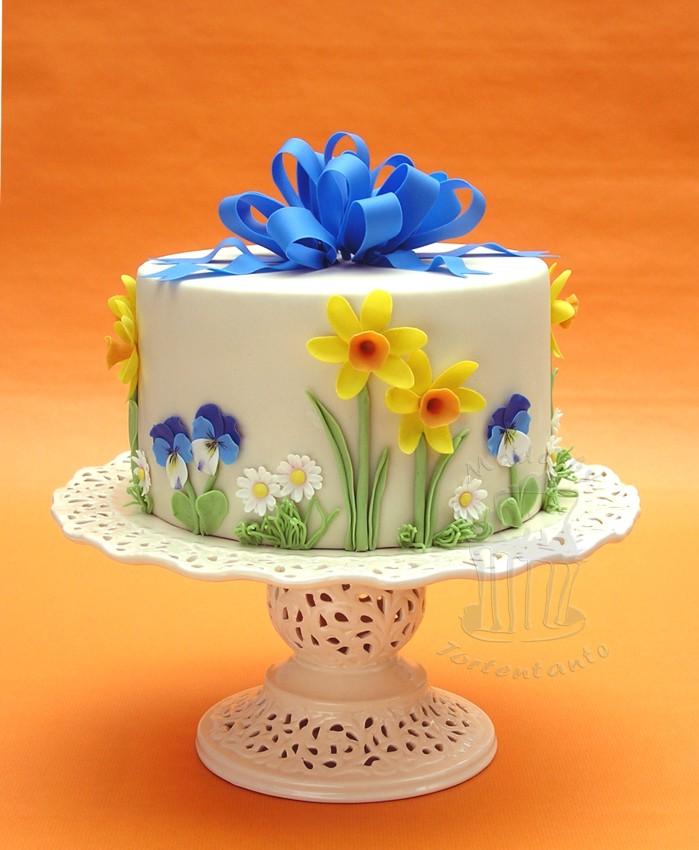 Spring cake with bow - Zuckerblumen auf Fondanttorte