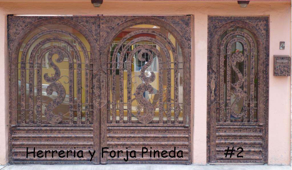 Puerta y Zaguán de forja moderna con un terminado en dos colores ...