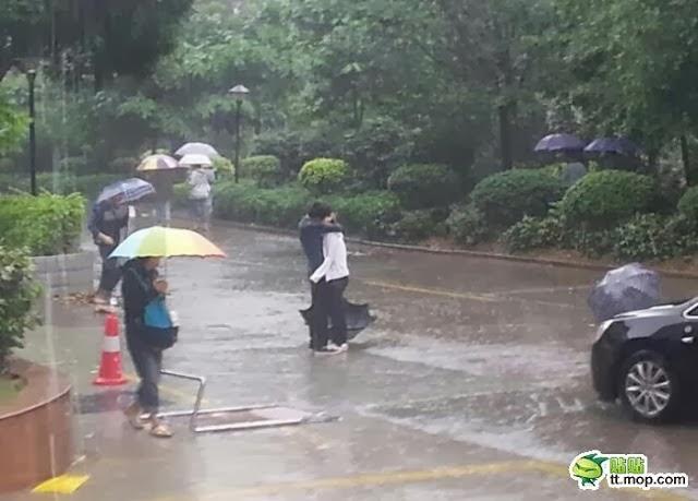 Mahasiswa/i Berxium Dalam Hujan Tengah Orang Ramai