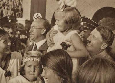 ¿Por qué los políticos besan bebés en público? Hitler-ni%25C3%25B1os-5