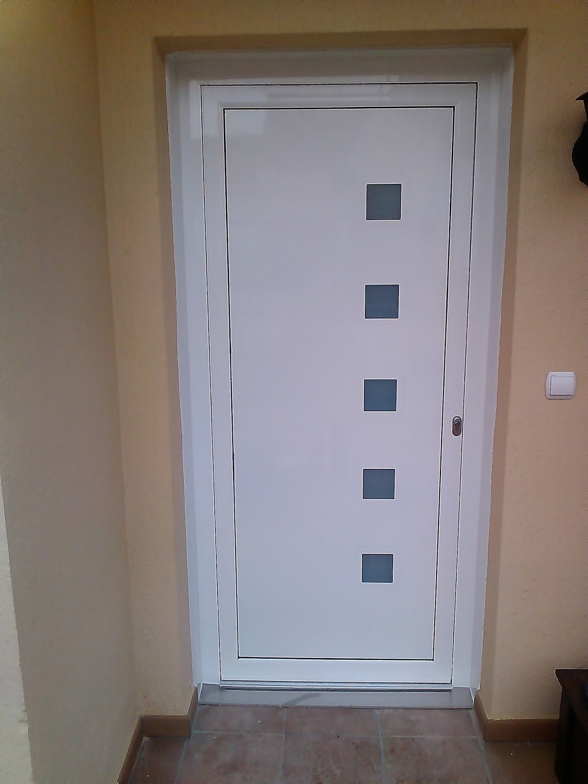 Aluminios arpo puerta de entrada en aluminio for Modelos de puertas exteriores para casas