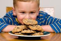 Niño con galletas