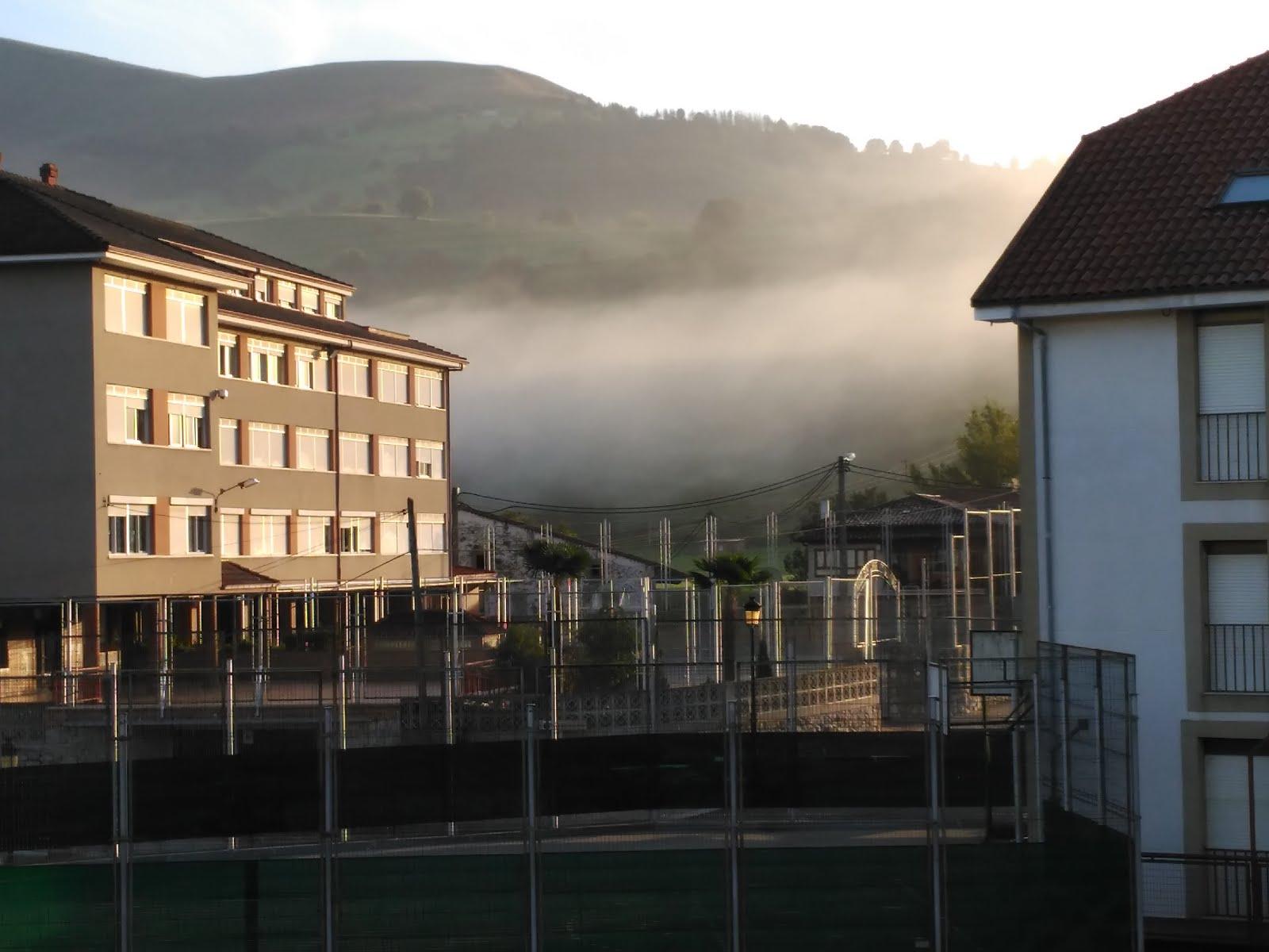 Nuestro cole con niebla