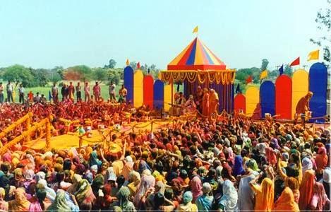 Devotees at Holi 2014 in Mangarh and Radha Madhav Dham remember the old Holi with Jagadguru Kripalu Ji Maharaj