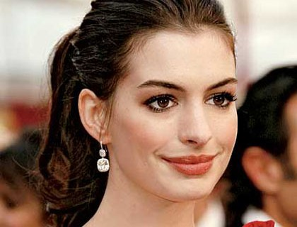 Estoy hermosaspot style star anne hathaway anne hathaway this stylish gorgeous lady always choose classic yet chic in her stylee make it more modern 2 suite her personality publicscrutiny Gallery