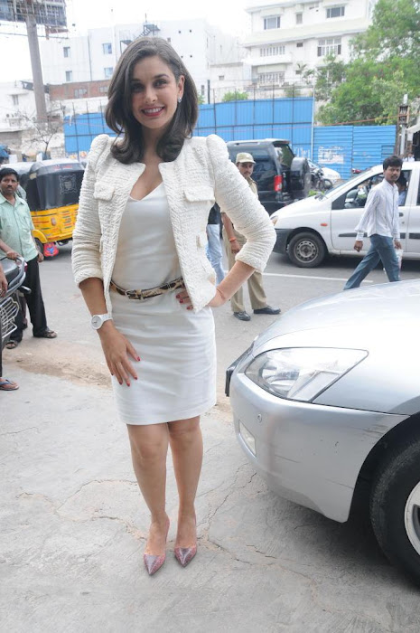 lisa ray launch rado store glamour images