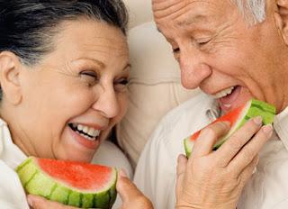 casal idosos melancia