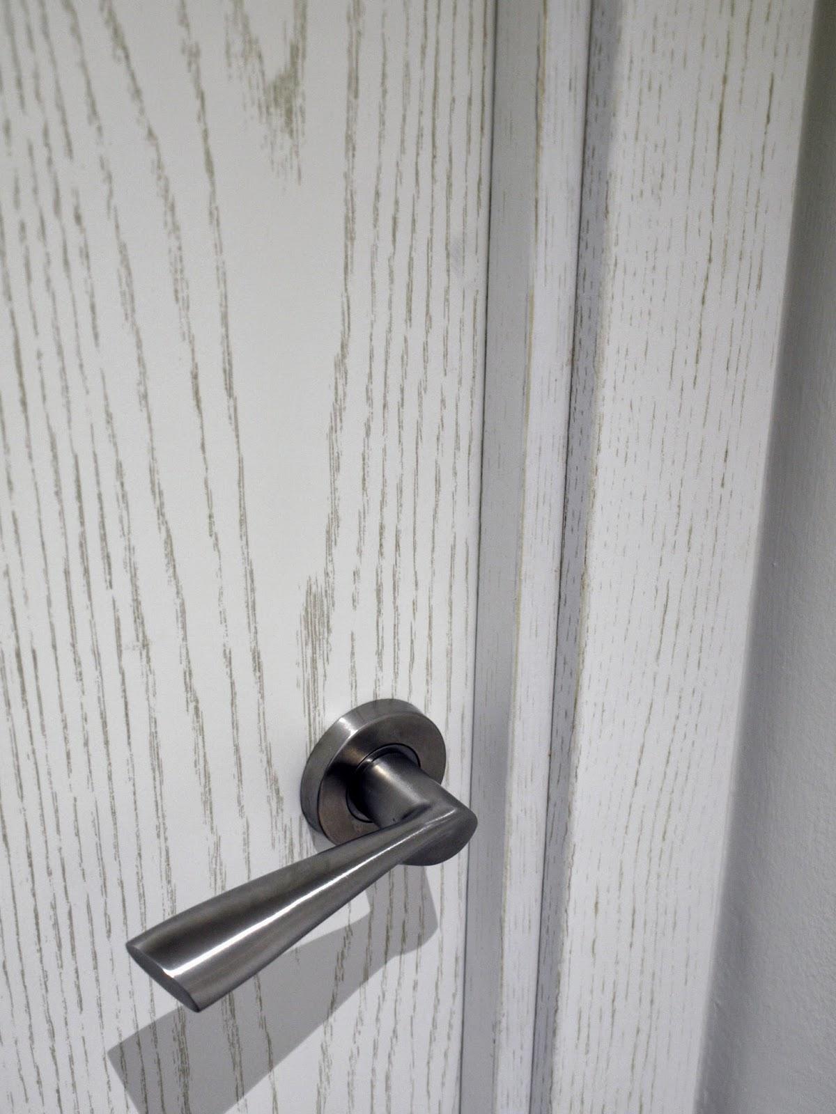 Muebles De Baño Orion:Puertas de roble decapado blanco y manetas acabadas en acero
