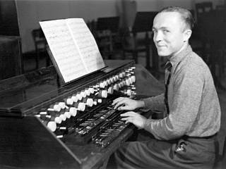 Oskar Sala interpretando el trautonium a finales de los años 30