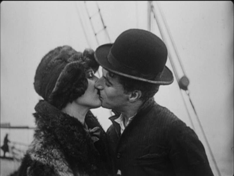 Fotograma final de la película: The Gold Rush que muestra a Charlot besando a la chica