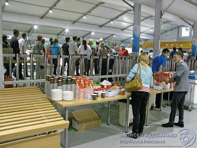 Люди в очереди за едой в столовой Деревни Универсиады