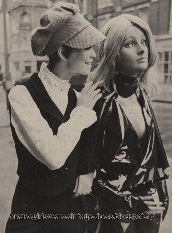 """King's Road shopping - 1967 Girl 90  kings à Londres , où faire du shopping? Pour les filles, d'abord Kingsroad (Chelsea).II faut y aller un samedi . Les boutiques s'appellent """"Girl"""",""""Kweenes Ministore"""",""""Countdown"""", ensuite """"Biba"""" à Kensington Ghurch, """"Kemps"""" dans Brompton Road, sans oublier le légendaire """"Harods"""" à Knights Bridge. Pour les garçons, Kingsroad encore, les boutiques de John Stephen et, bien sûr, Carnaby Street : Paul's of Carnaby Street. Ce sont des boutiques modern style : vitres peintes opalines, coussins de velours mauves, beatles hurlant, boutiques-boudoirs où minets et minettes se retrouvent.  chez Girl 90, Kingsroad , pantalon et gilet en crêpe noir. Chemisier de broderie anglaise à manches jabot :"""