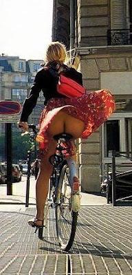 Femeie bicigleta - adierea vantului