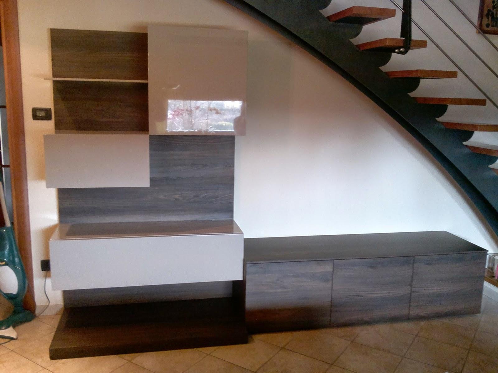 Loft abitare mobile che valorizza una bella scala - Arredare sottoscala soggiorno ...