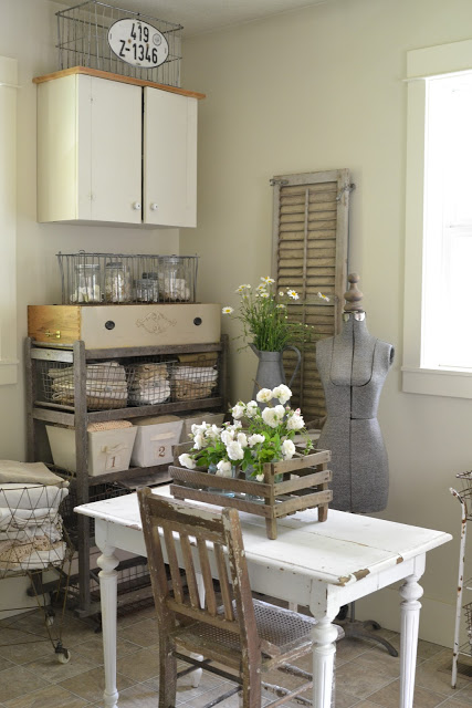 Laundry Room - organizacja przestrzeni w domowej pralni, druciane kosze