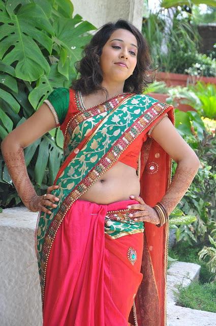 Hot Indian Film Actress Pics: Hot Mallu Actress Saree Navel Show Pics