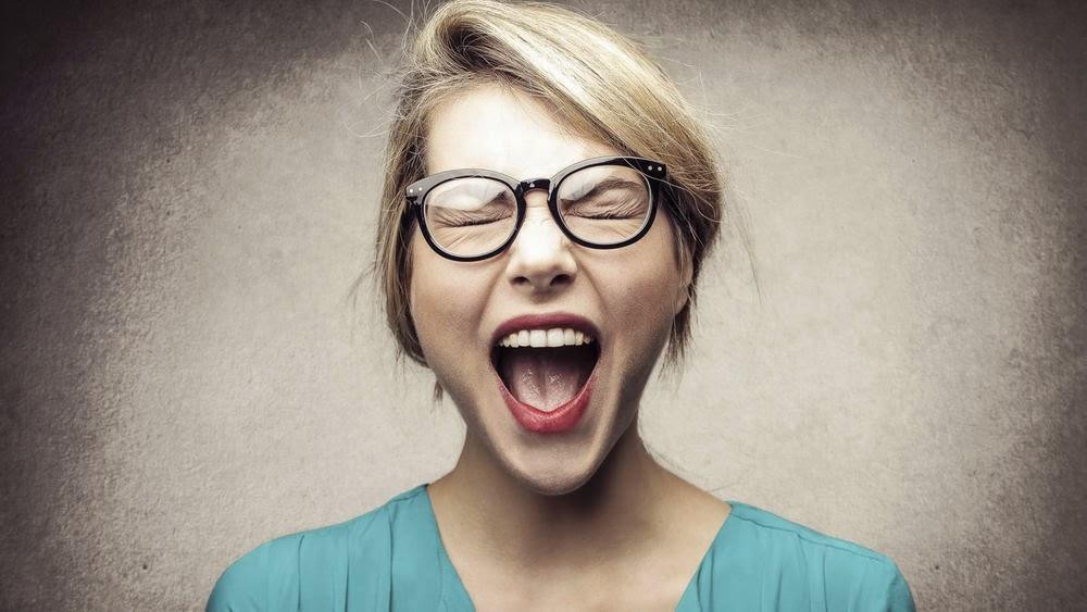 Mujer gritando exasperada