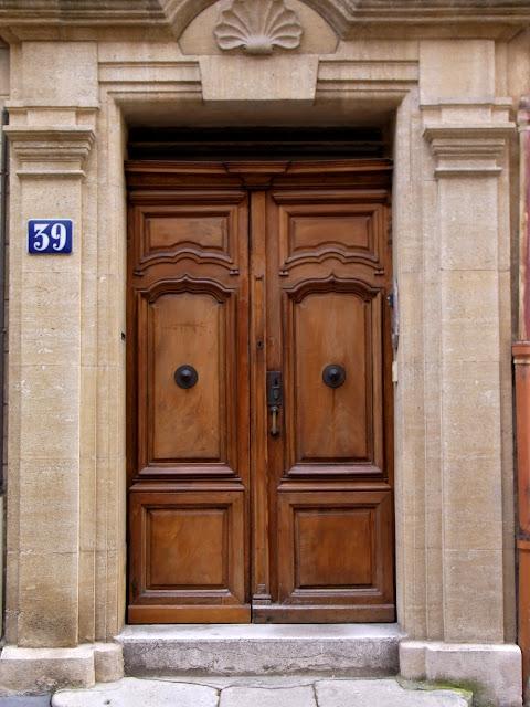 Französische Tür, alte Holztür in Frankreich