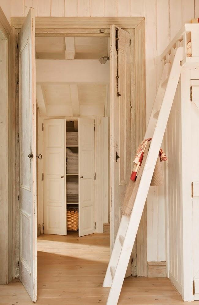 wnętrza, styl rustykalny, styl wiejski, kamienna ściana, stare meble, antyki, drewniane belki, białe wnętrza, sypialnia, garderoba