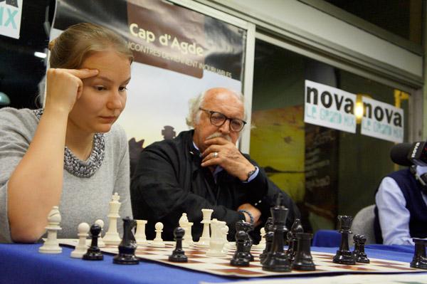 La championne d'échecs russe Valentina Gunina et le cinéaste français Jean Becker - Photo © capechecs