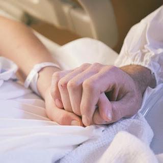 holding hands 3 7 Orang yang Mengorbankan Nyawa Demi Hidup Orang Lain