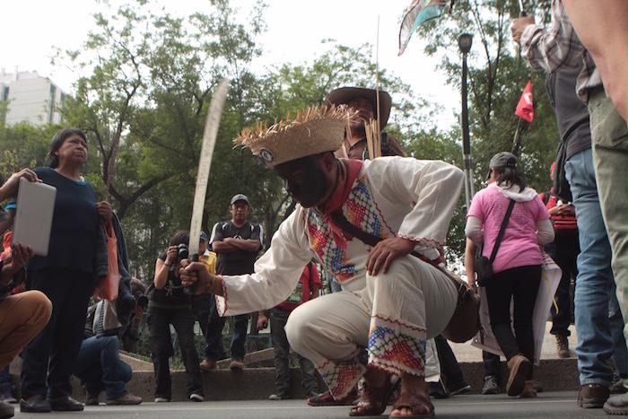 10 años después de la represión, ejidatarios de Atenco marchan de nuevo con machetes