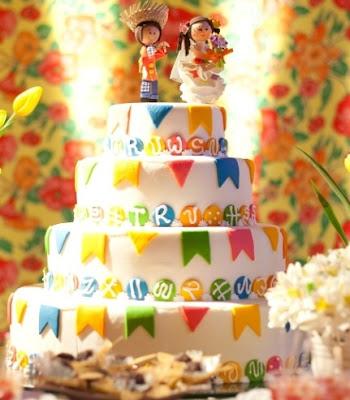 Casamento junino, casamento julino, bandeirinhas, noiva, noivo, decoração, bolo, topo de bolo