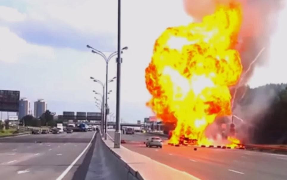 Caminhão carregado de gás explode veja vídeo