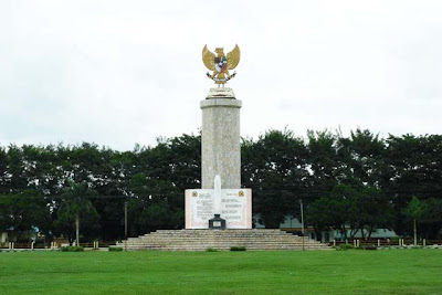 Monumen Penghargaan Tengku Amir Hamzah di depan Kantor Bupati Langkat, Setabat