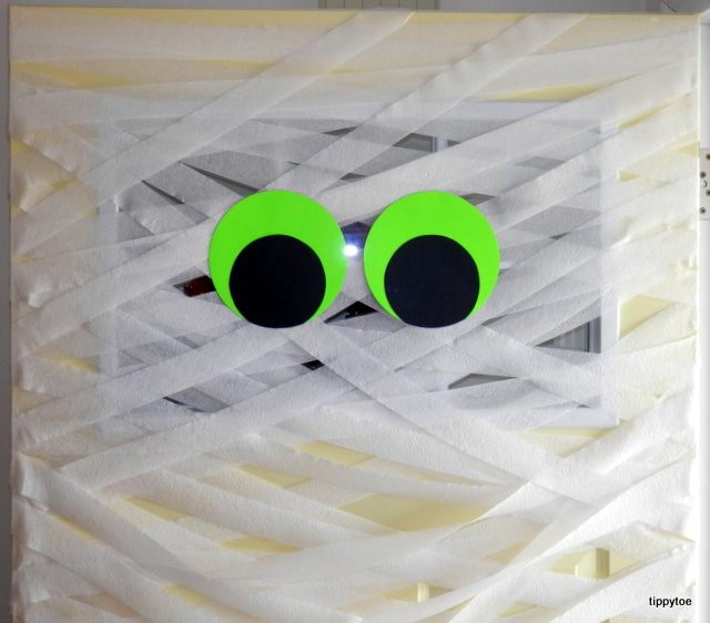 To change it up from the other mummy doors out there I made my eyes from neon green paper. They really stand out and can be seen from the street. & Tippytoe Crafts: YAH: Mummy Door and Pumpkin Display pezcame.com