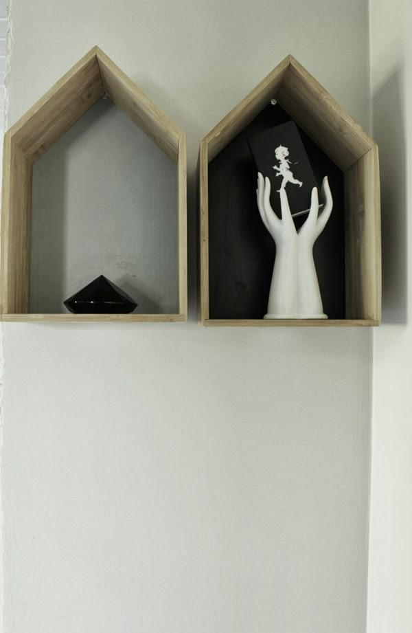 Trähus, ferm living, look alike, trärena hus med grå insida, inredningsdetaljer, på väggen