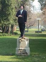 homem no pedestal