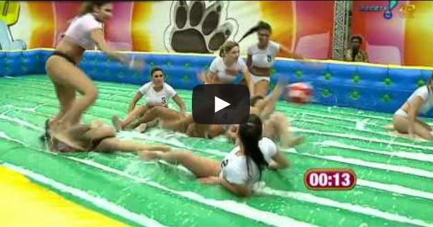 Sexys modelos brasileras jugando fútbol mojaditas
