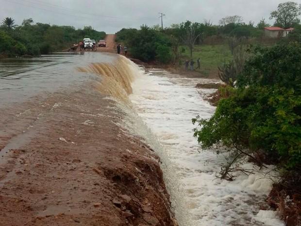 BA-120, entre Riachão e Conceição do Coité, também foi invadida pela água (Foto: Walfredo Júnior / Prefeitura de Riachão do Jacuípe)