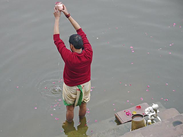 Indien qui fait ses ablutions dans le Gange