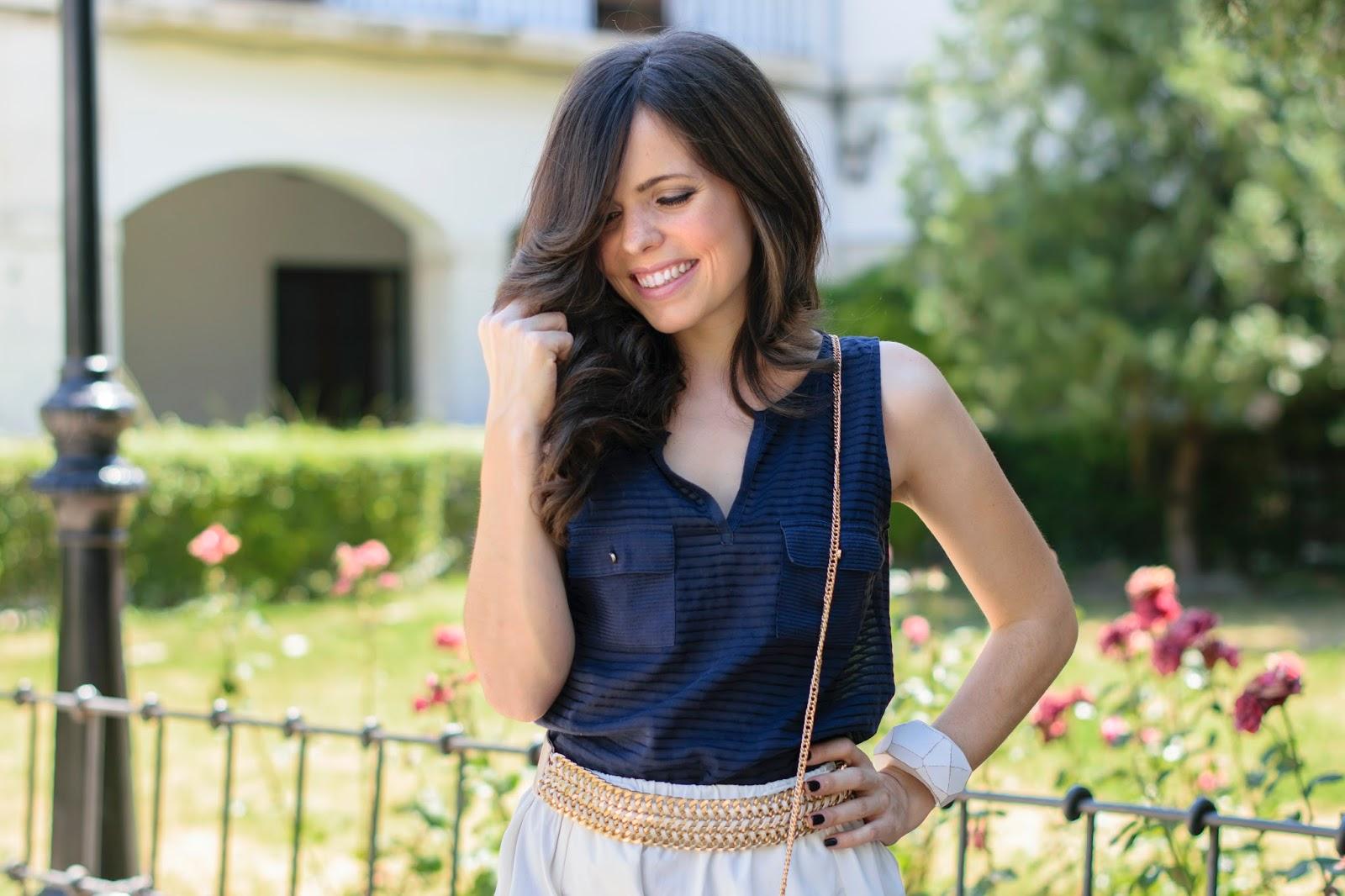 Look de estilo navy con falda midi de Zara