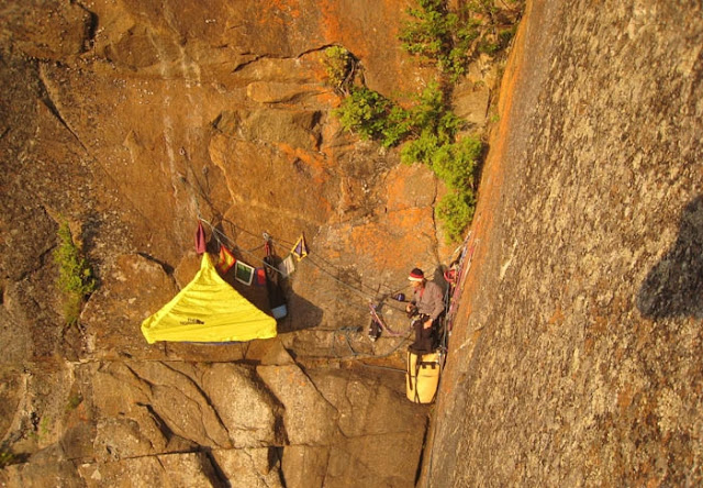 альпинисты в палатках
